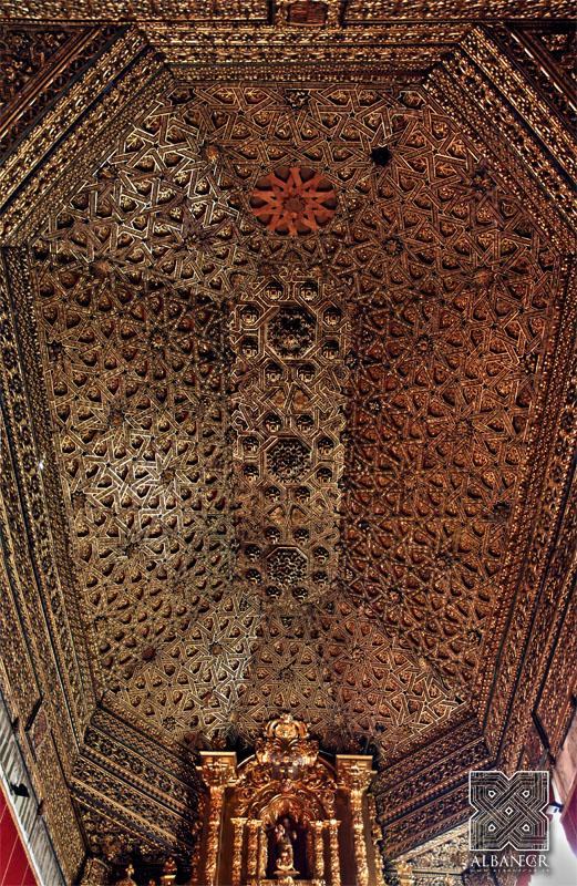 Armadura de lazo sobre el altar mayor de la iglesia. © Albanécar