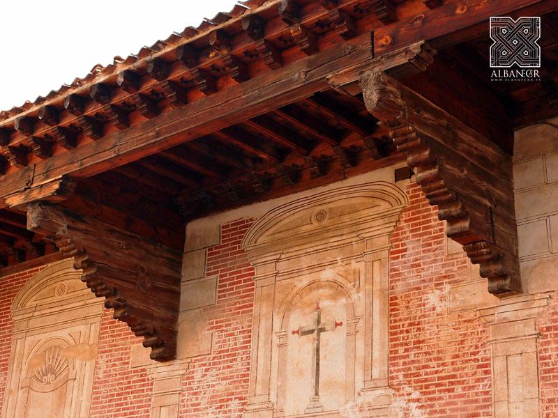 Alero sobre canes lobulados en la fachada del monasterio. © Albanécar