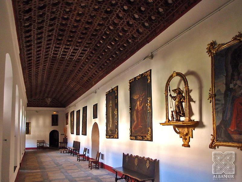 Vista general del pasillo del claustro. © Albanécar
