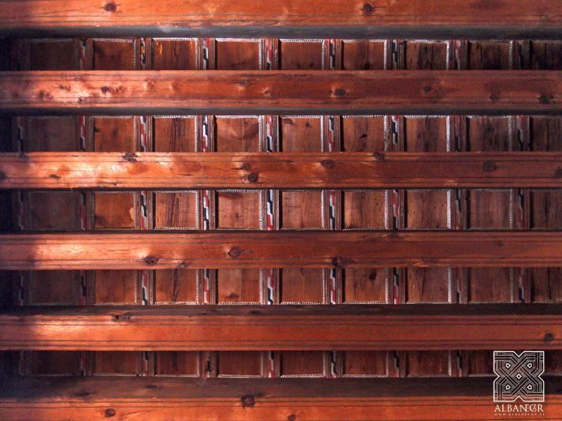 Alfarje de cinta y saetino en el refectorio. © Albanécar
