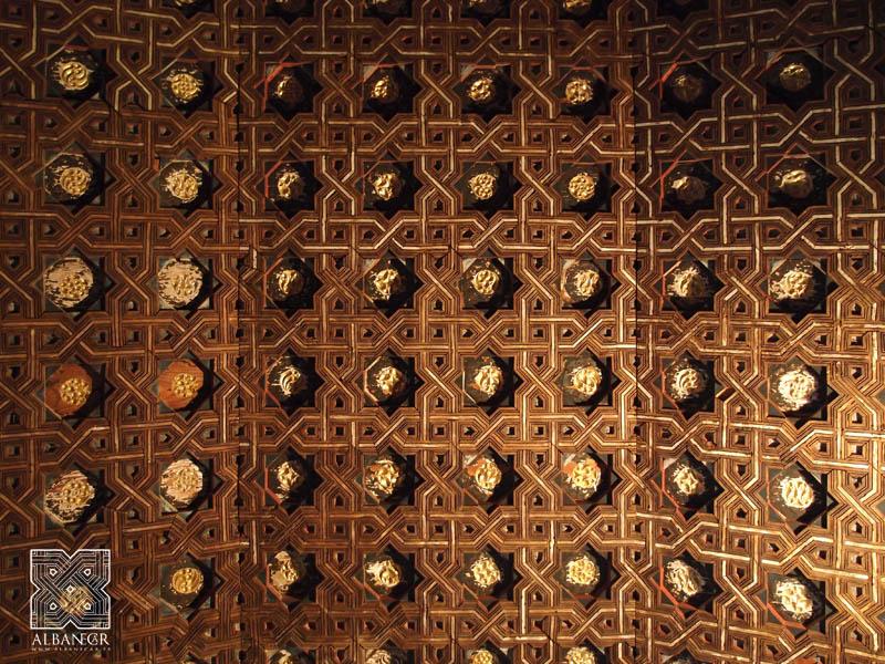Trazado de sinos de ocho puntas en la techumbre del claustro. © Albanécar