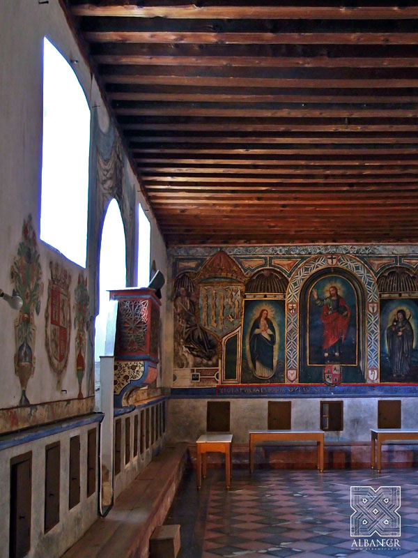 Refectorio con policromía en los muros y alfarje sencillo. © Albanécar