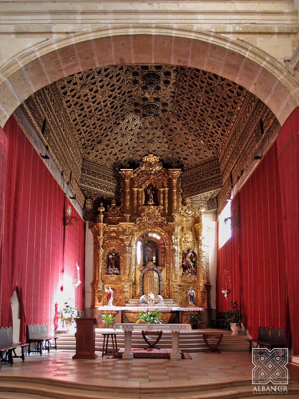 Vista del altar mayor de la iglesia. © Albanécar